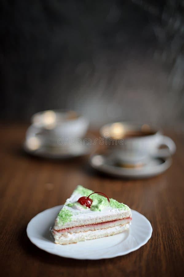 Gâteau avec la cerise photo libre de droits