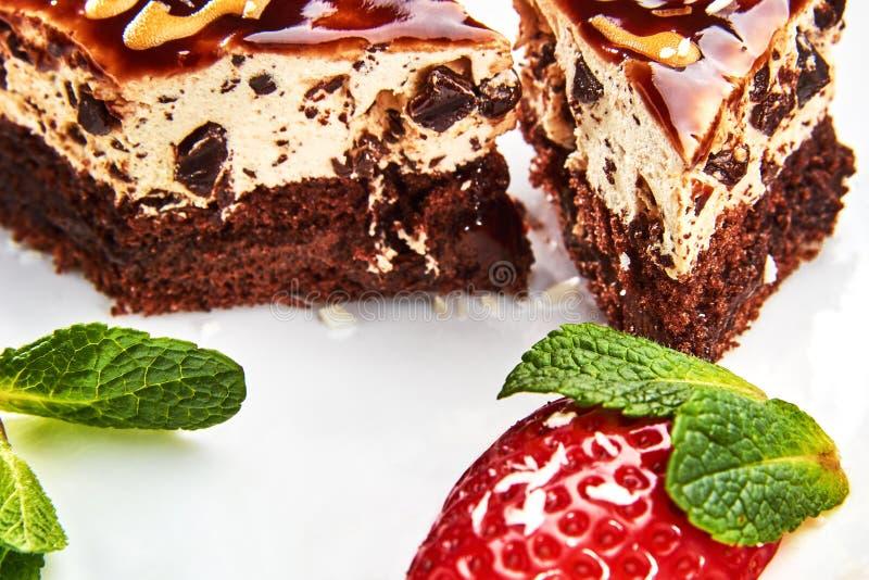 Gâteau avec le caramel d'un plat blanc photographie stock