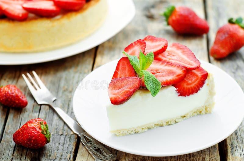 Gâteau avec le fromage de fraise et fondu images libres de droits