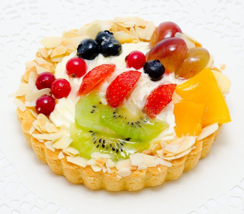 Gâteau avec le fruit et les baies image stock