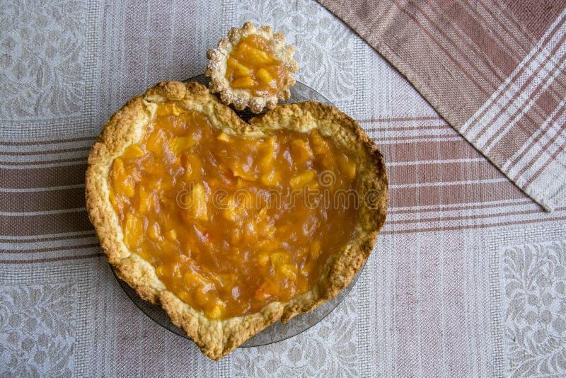 Gâteau avec le remplissage de fruit photos libres de droits