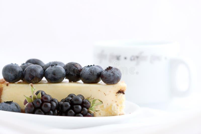 Gâteau avec les baies et le café image libre de droits