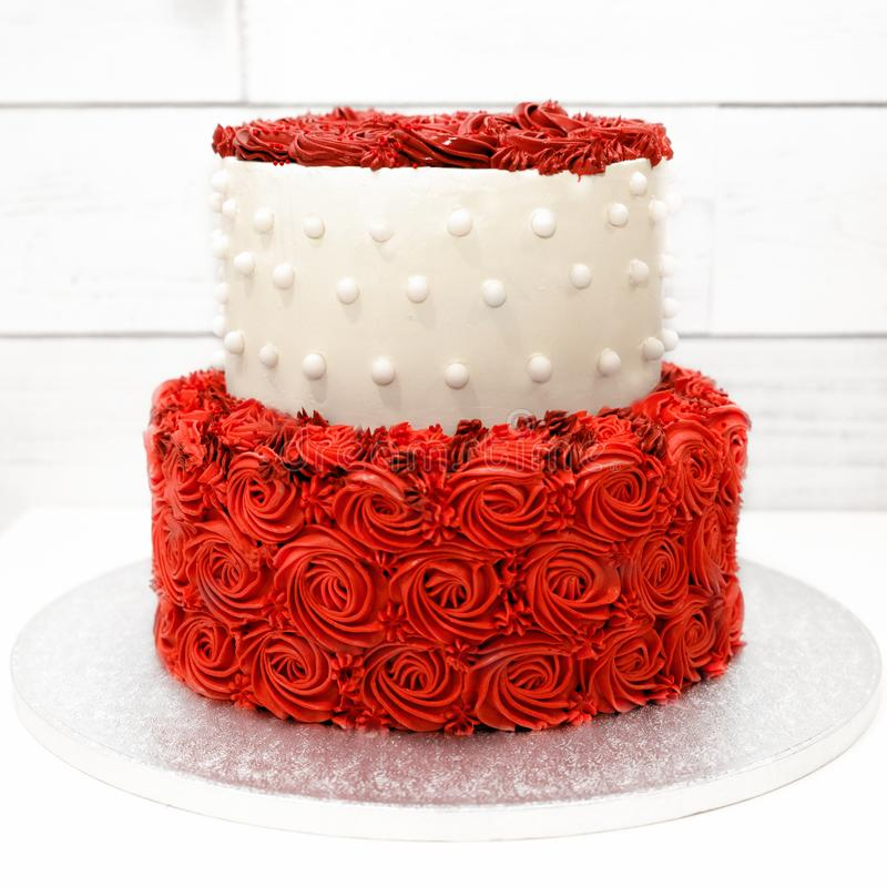 Gâteau avec les roses rouges de la crème sur le fond blanc photos libres de droits