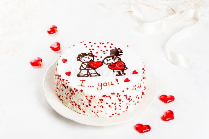 Gâteau avec un modèle des coeurs et une paire d'amants image stock