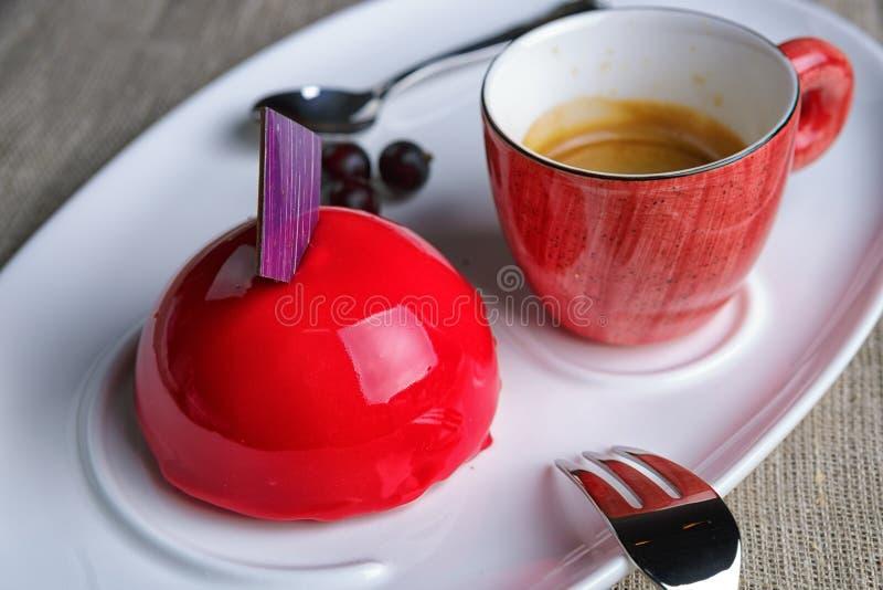 Gâteau avec une tasse de café photo stock