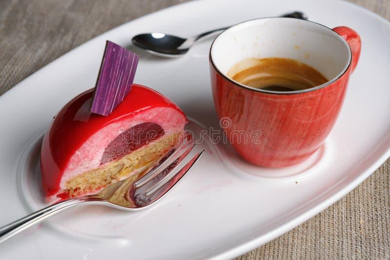 Gâteau avec une tasse de café image stock