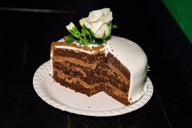 Gâteau blanc avec les roses blanches images stock