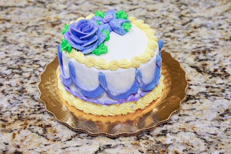 Gâteau blanc de crème d'anniversaire photographie stock libre de droits