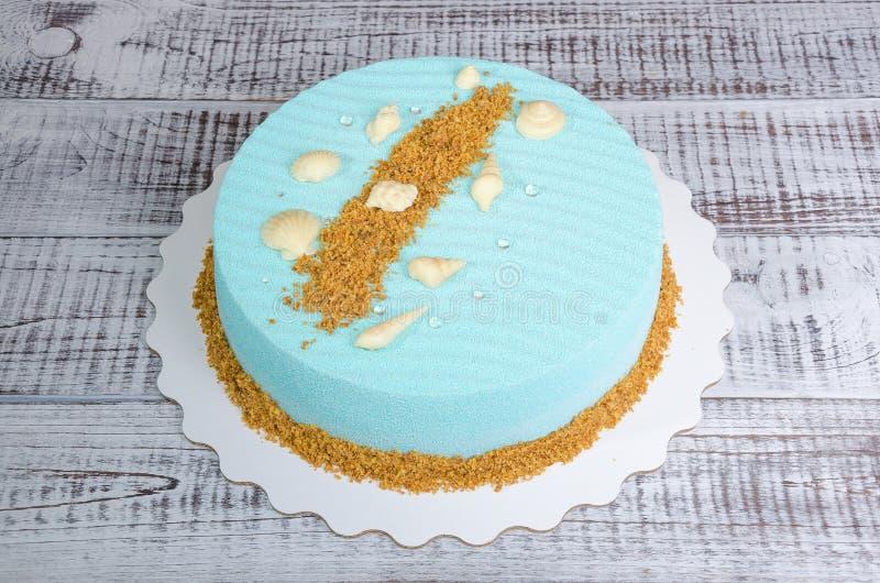 Gâteau bleu-clair de mousse de velours de chocolat avec des coquillages photo libre de droits