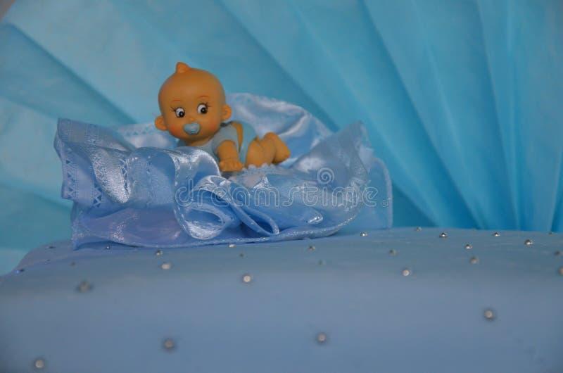 Gâteau bleu de baptême images stock