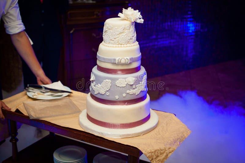 Gâteau coloré de beau mariage de luxe magnifique dans un restaurant, images stock