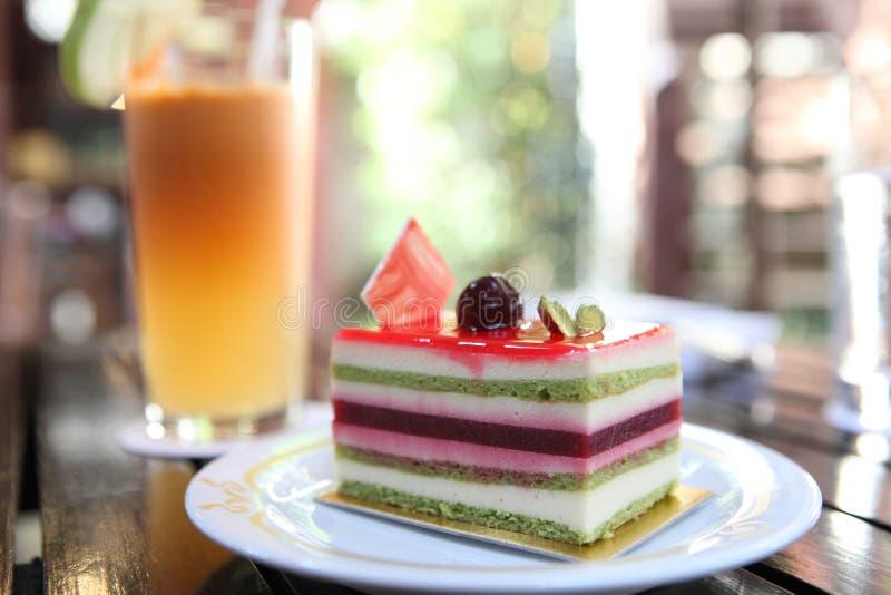 Gâteau coloré de fruit photos libres de droits