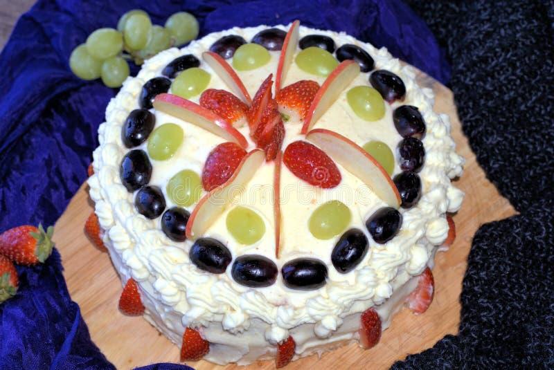 Gâteau complété avec des fruits images stock
