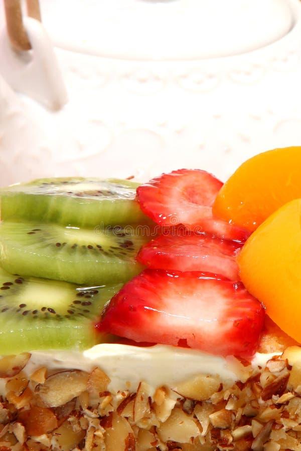 Gâteau complété par fruit glacé image libre de droits