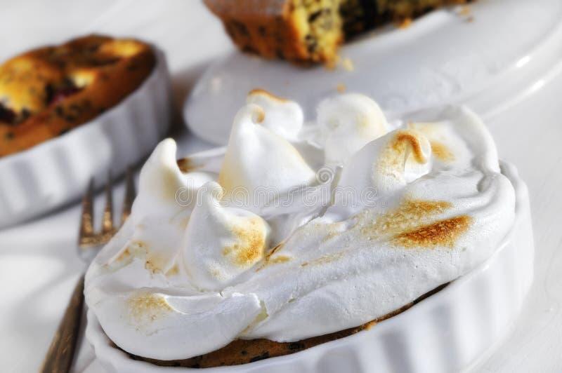 Gâteau complété par meringue image stock