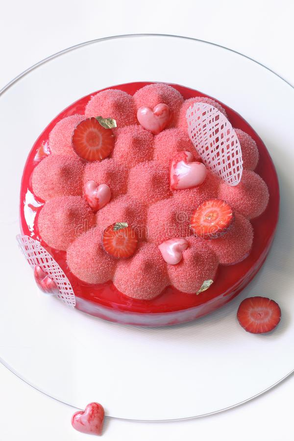 Gâteau contemporain de mousse de fraise images stock