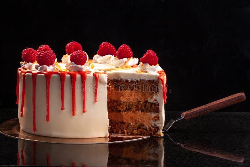 Gâteau crème de mousse de framboise aucun gâteau au fromage cuit au four sur le fond noir photos libres de droits