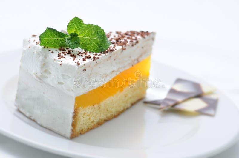 Gâteau crème du plat blanc, du dessert doux avec la feuille en bon état et de la décoration de chocolat, pâtisserie, dessert doux image stock