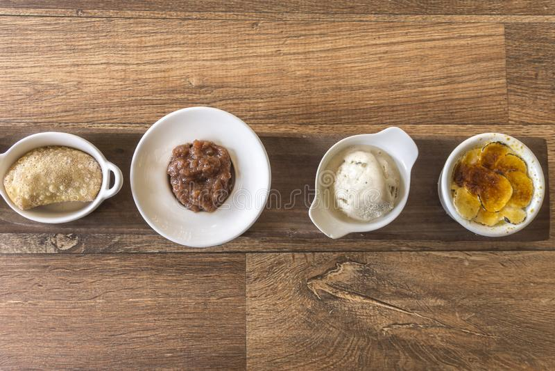Gâteau, crème glacée, crème brulée et bonbon à banane photographie stock libre de droits