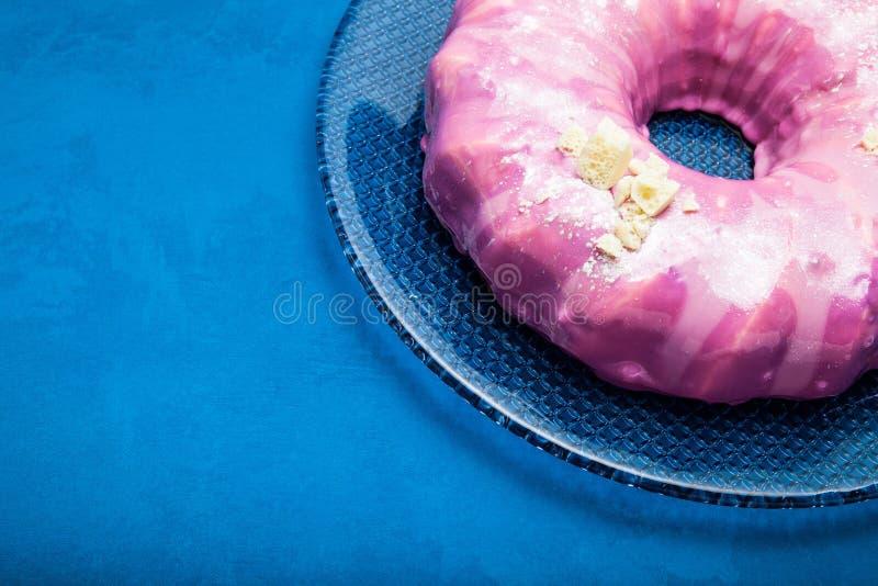 Gâteau crème rose lumineux avec du chocolat blanc Fond pour une carte d'invitation ou une f?licitation Place pour le texte photos libres de droits