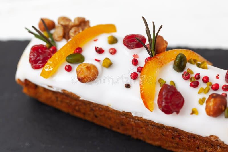 Gâteau créatif de Pâques avec des écrous, des fruits secs, le fruit glacé et des épices Concept heureux de P?ques Plan rapproch?  photographie stock libre de droits