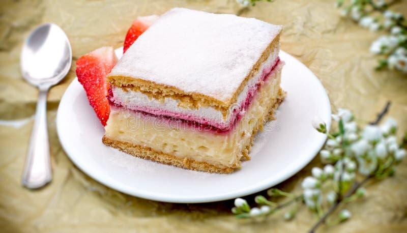 Gâteau crémeux avec la fraise photographie stock libre de droits
