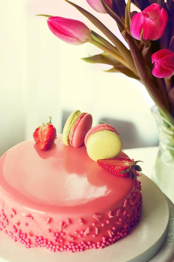 Gâteau crémeux délicieux avec des strawberies et des macarons sur le Cl de table image stock