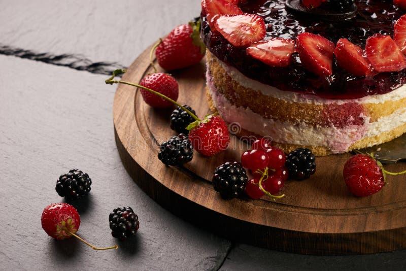 Gâteau crémeux frais de pâtisserie avec des framboises image stock