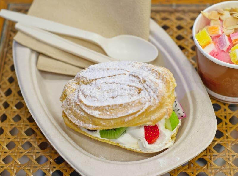 Gâteau croustillant avec de la crème et le fruit de variété image stock