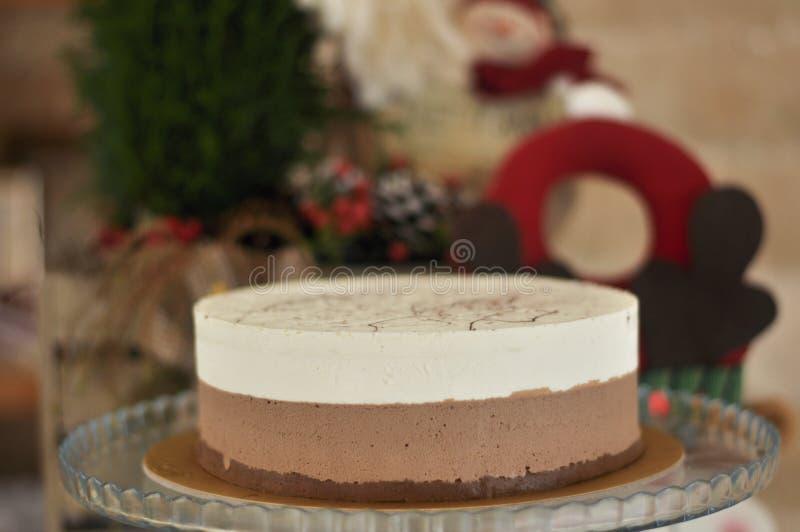 Gâteau cuit au four frais délicieux de cappuccino avec le concept de Noël image stock