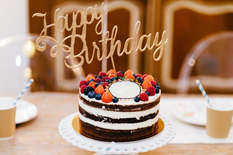 Gâteau décoré savoureux pour la fête d'anniversaire se tenant sur la table en bois Tableau servi à l'anniversaire de célébration  photos stock