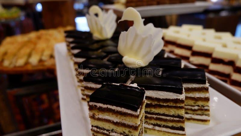 Gâteau délicieux avec de la crème du plat images stock