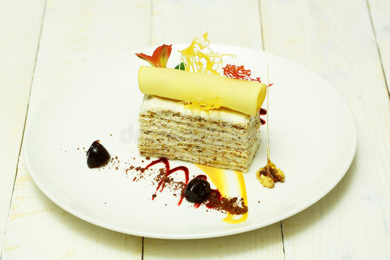 Gâteau délicieux avec le petit pain de gaufrette photographie stock libre de droits