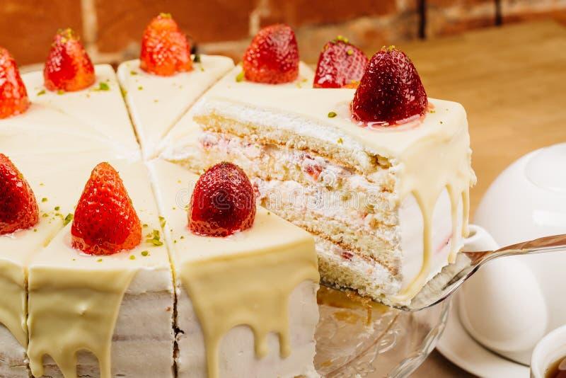 Gâteau délicieux de biscuit avec les fraises et la crème fraîches de biscuit images libres de droits