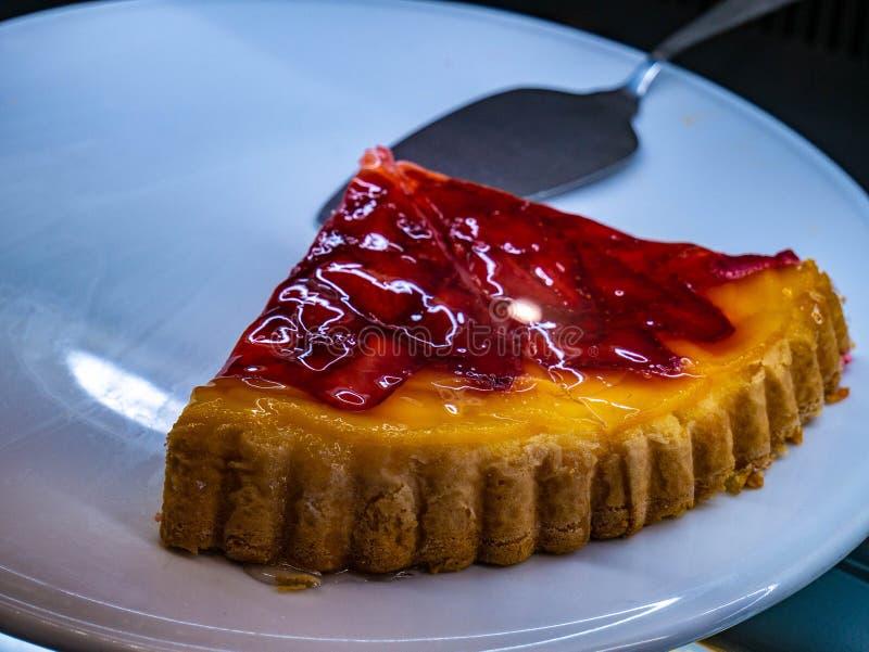 Gâteau délicieux de fraise avec de la crème du plat blanc photo libre de droits