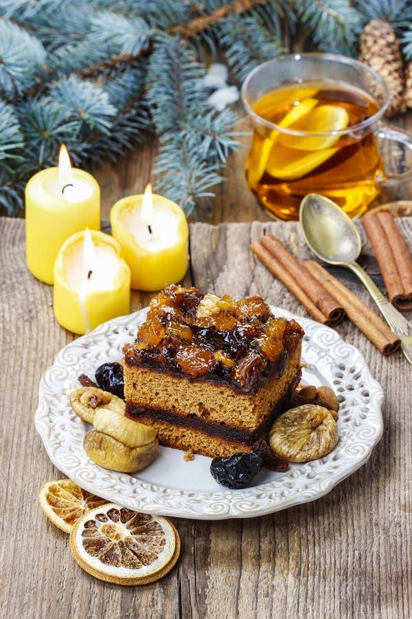 Gâteau délicieux de pain d'épice de couche décoré des fruits secs image libre de droits