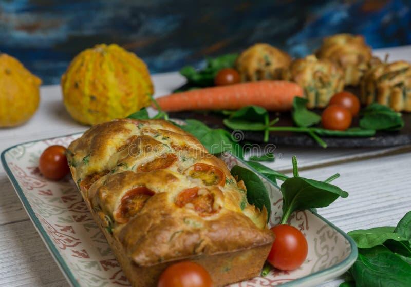 Gâteau délicieux de tarte de forme physique d'épinards images stock