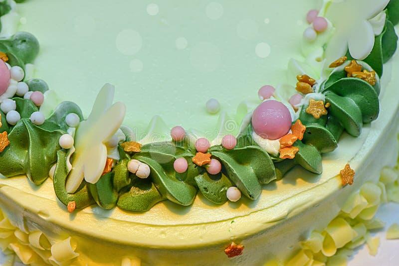 Gâteau délicieux et belle décoration gâteaux de banane sur une vue supérieure de fond blanc vert de plat Le g?teau de nouvelle an photographie stock