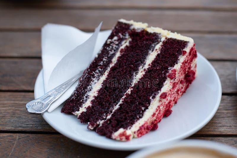 Gâteau délicieux et savoureux de baie d'un plat photographie stock libre de droits