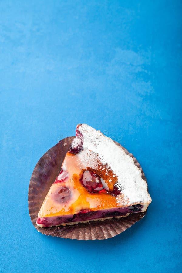 Gâteau délicieux fait maison de prune sur un fond bleu Vue sup?rieure, l'espace de copie pour le texte images stock