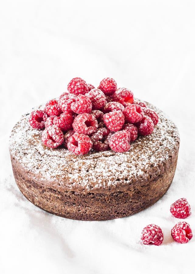 Gâteau d'écrou de chocolat avec la framboise sur le fond clair Dessert d?licieux photo libre de droits