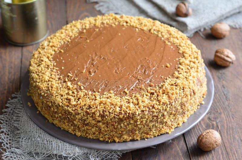 Gâteau d'écrou sur le fond en bois photos stock