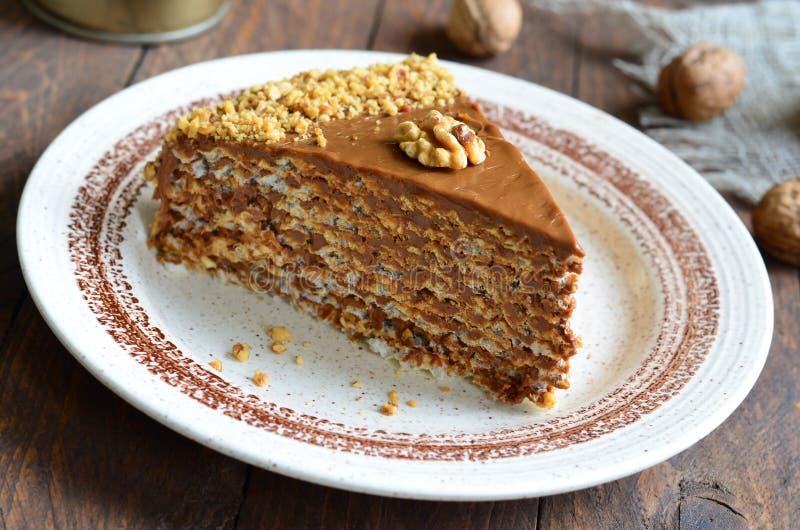 Gâteau d'écrou sur le fond en bois image libre de droits