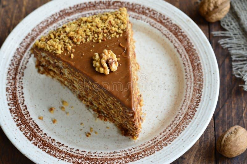 Gâteau d'écrou sur le fond en bois photo libre de droits