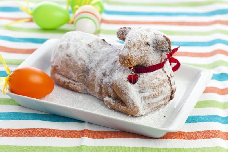 Gâteau d'agneau de Pâques avec du sucre et le deco en poudre photos stock