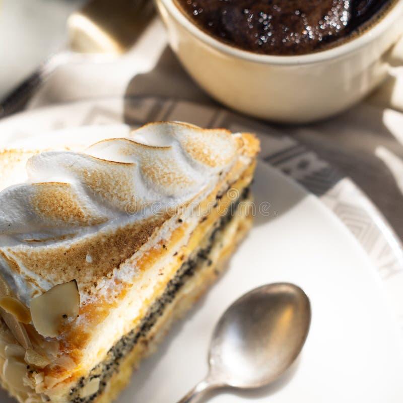 Gâteau d'amande avec de la crème et une tasse de café images stock