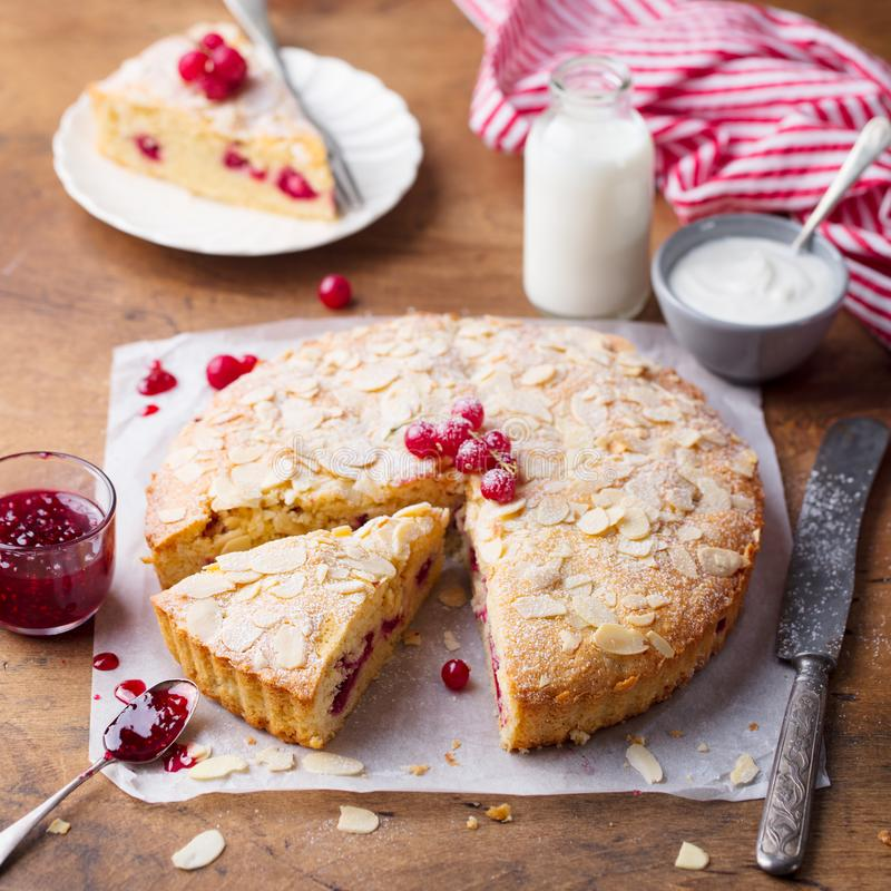 Gâteau d'amande et de framboise, tarte de Bakewell Pâtisserie britannique traditionnelle Fond en bois images libres de droits