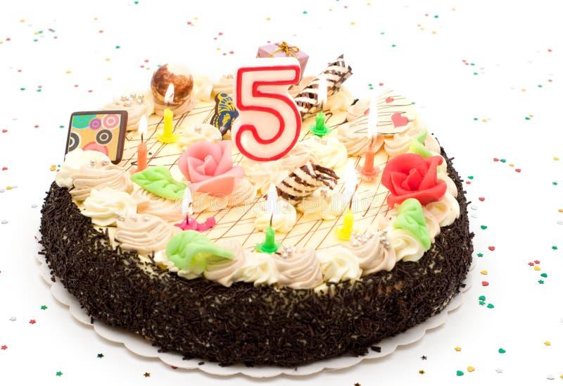 Gâteau d'anniversaire 5 ans images stock