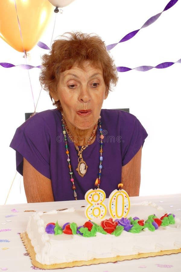 Gâteau d'anniversaire aîné image libre de droits