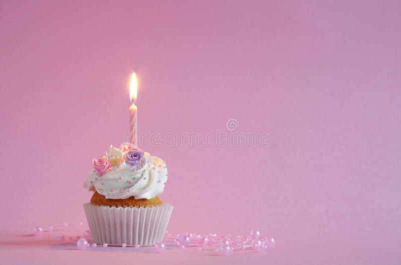 Gâteau d'anniversaire avec de la crème et les fleurs fouettées photographie stock libre de droits